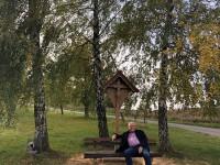 Bürgermeister Reinhold Hehmann am Wegkreuz in Richtung Sterbach
